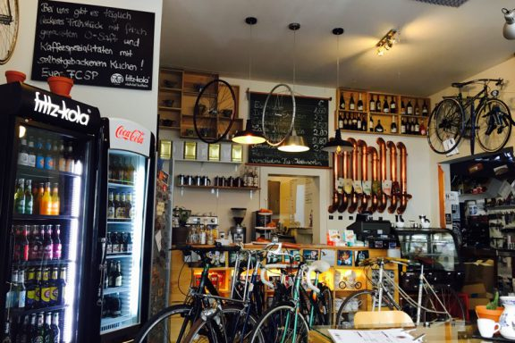 Fahrrad-Café-Reparatur-Theke-Kaffee